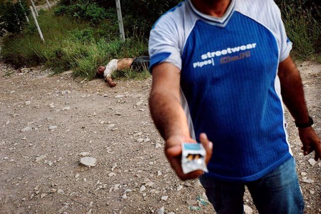 Hombre asesinado por presuntos paramilitares. Cúcuta, Norte del Santander, Colombia. 2005. Stephen Ferry