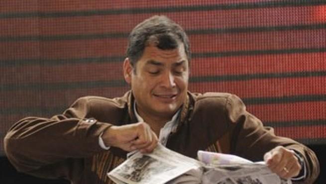 En dos ocasiones Correa ha destrozado ejemplares de periódicos durante sus discursos televisados / Foto: Infolatam
