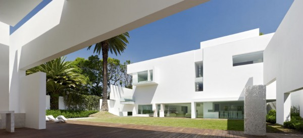 La famosa casa blanca ubicada en Lomas de Chapultepec / Foto: aristeguinoticias.com