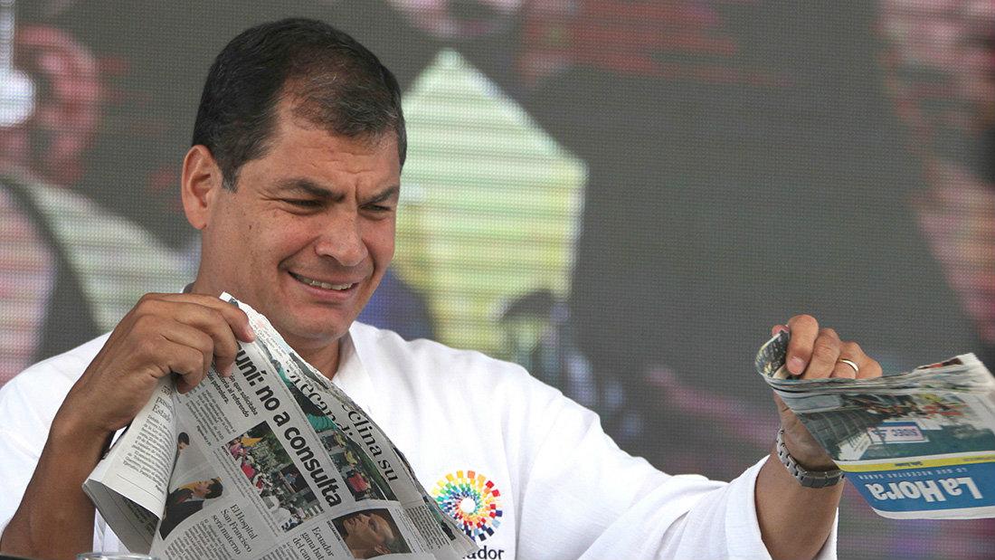 Correa rompiendo un ejemplar del diario La Hora / Fotografía: Ecuador Review