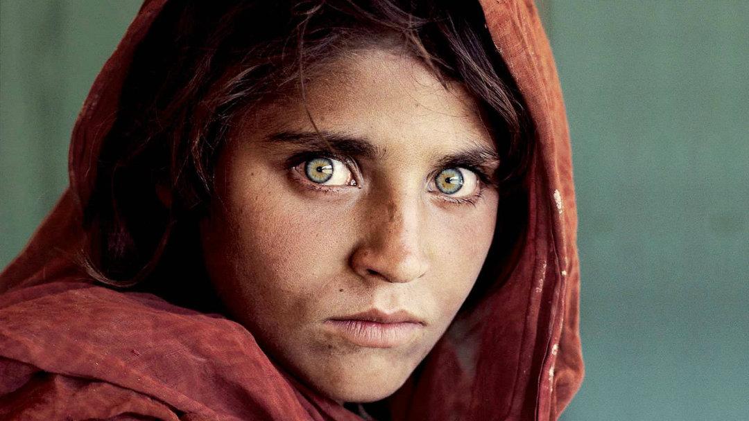 La famosa fotografía de la niña afgana publicada por National Geographic en su edición de junio de 1985.